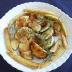 オリーブオイルとニンニクで丸ズッキーニとヤングコーンをソテーしました。 ローズマリーで風味付け